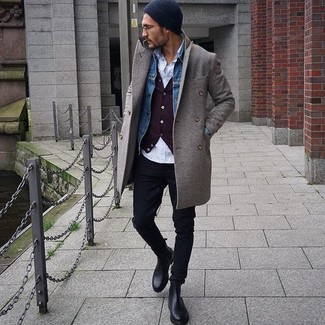 Как и с чем носить: серое длинное пальто, синяя джинсовая куртка, темно-красный кардиган, белая рубашка с длинным рукавом
