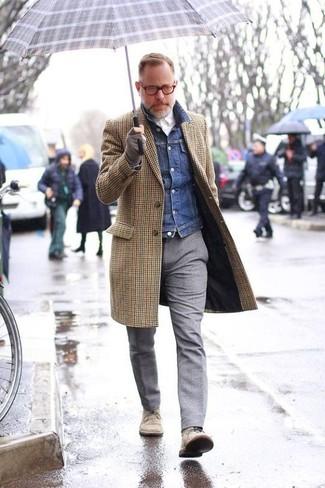 Как и с чем носить: коричневое длинное пальто в мелкую клетку, темно-синяя джинсовая куртка, белая классическая рубашка, серые шерстяные классические брюки