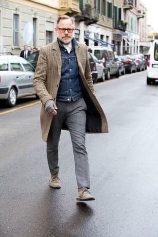 Как и с чем носить: коричневое длинное пальто в клетку, темно-синяя джинсовая куртка, белая классическая рубашка, серые шерстяные классические брюки