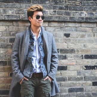 Как и с чем носить: серое длинное пальто, синяя джинсовая куртка, голубая рубашка с длинным рукавом в вертикальную полоску, оливковые брюки карго