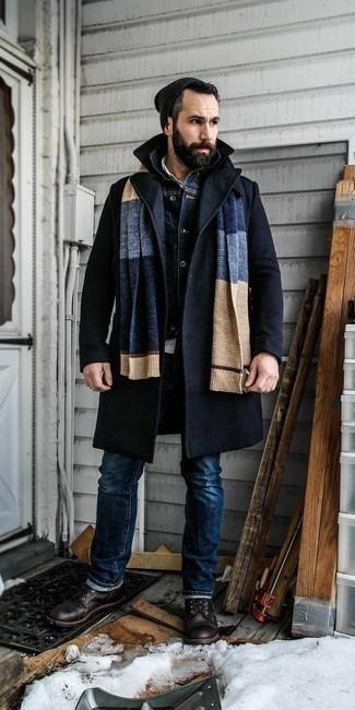 Мужские луки зима: Сочетание темно-синего длинного пальто и темно-синих джинсов может стать прекрасным офисным луком. Пара темно-коричневых кожаных повседневных ботинок очень органично интегрируется в этот ансамбль. Даже в крепкий морозец тебе будет тепло в таком образе.