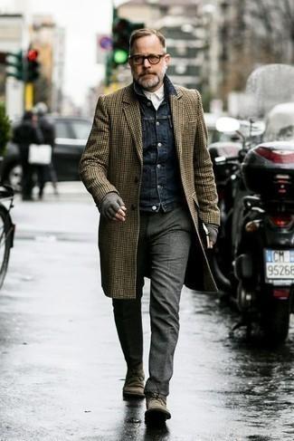 """С чем носить коричневые замшевые ботинки дезерты: Любителям стиля smart casual придется по душе сочетание коричневого длинного пальто с узором """"гусиные лапки"""" и темно-серых шерстяных брюк чинос. Чтобы ансамбль не получился слишком вычурным, можешь дополнить его коричневыми замшевыми ботинками дезертами."""