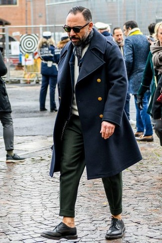 Как и с чем носить: черное длинное пальто, темно-синяя джинсовая куртка, бежевый свитер с круглым вырезом, оливковые классические брюки
