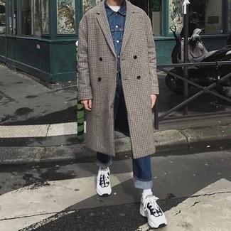 Как и с чем носить: серое длинное пальто в клетку, синяя джинсовая куртка, белая футболка с круглым вырезом, темно-синие джинсы