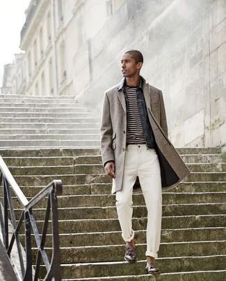 Белые джинсы: с чем носить и как сочетать мужчине: Если ты принадлежишь к той редкой группе парней, которые каждый день стараются смотреться с иголочки, тебе придется по душе тандем серого длинного пальто и белых джинсов. Немного консерватизма и классики ансамблю добавит пара коричневых кожаных лоферов с кисточками.