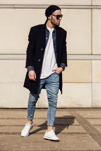 Черная шапка: с чем носить и как сочетать мужчине: Такое лаконичное и функциональное сочетание вещей, как черное длинное пальто и черная шапка, понравится мужчинам, которые любят проводить дни активно. Нравится рисковать? Тогда заверши образ белыми кроссовками.