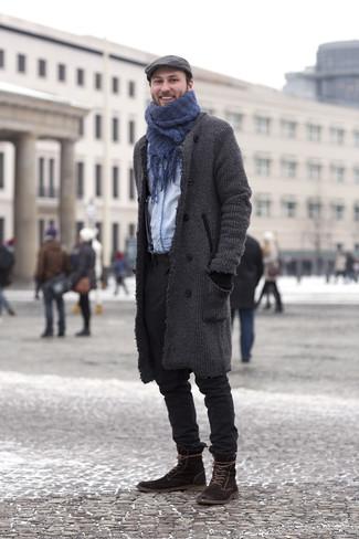 Как и с чем носить: темно-серое длинное пальто, голубая джинсовая рубашка, черные брюки чинос, темно-коричневые замшевые повседневные ботинки
