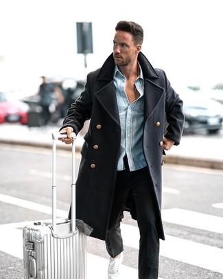 Как и с чем носить: темно-синее длинное пальто, голубая джинсовая рубашка, черные брюки чинос, белые низкие кеды