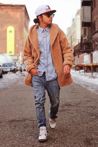 Как и с чем носить: светло-коричневое длинное пальто, голубая джинсовая рубашка, синие джинсы, белые кроссовки