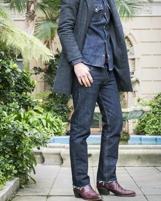 Как и с чем носить: темно-серое длинное пальто, темно-синяя джинсовая рубашка, темно-синие джинсы, темно-красные кожаные ковбойские сапоги