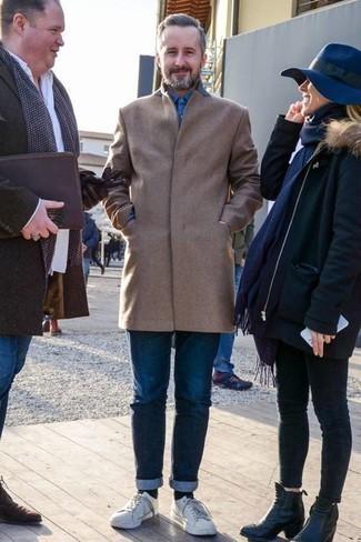 Темно-синие джинсы: с чем носить и как сочетать мужчине: Если ты принадлежишь к той немногочисленной группе мужчин, которые каждый день одеваются безукоризненно, тебе придется по душе образ из светло-коричневого длинного пальто и темно-синих джинсов. Этот ансамбль отлично дополнят белые кожаные низкие кеды.