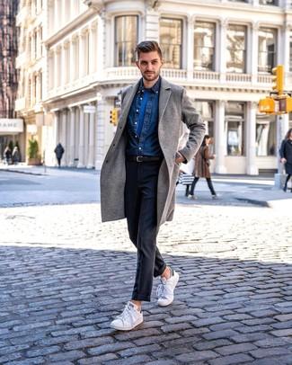 Как и с чем носить: серое длинное пальто, темно-синяя джинсовая рубашка, синяя футболка с круглым вырезом, темно-серые классические брюки