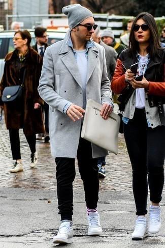 Черные спортивные штаны: с чем носить и как сочетать мужчине: Серое длинное пальто и черные спортивные штаны гармонично впишутся в мужской образ в расслабленном стиле. Почему бы не добавить в этот лук толику непринужденности с помощью белых кожаных низких кед?