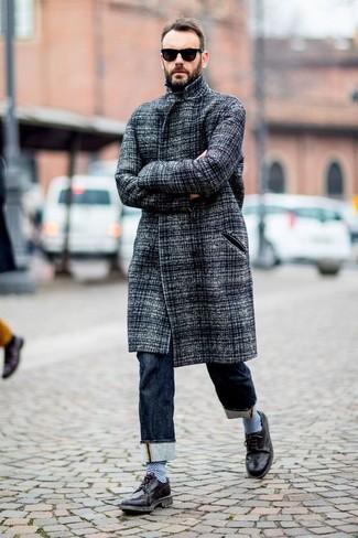 Как и с чем носить: серое длинное пальто, темно-синие джинсы, черные кожаные броги, черные солнцезащитные очки