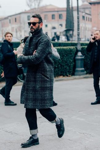 Черные кожаные броги: с чем носить и как сочетать: Если ты принадлежишь к той когорте молодых людей, которые разбираются в моде, тебе придется по вкусу дуэт темно-серого длинного пальто в шотландскую клетку и темно-синих джинсов. Если ты любишь смешивать в своих образах разные стили, из обуви можешь надеть черные кожаные броги.