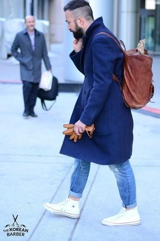 Как и с чем носить: темно-синее длинное пальто, синие рваные джинсы, белые высокие кеды, темно-красный кожаный рюкзак