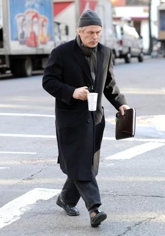 Как и с чем носить: черное длинное пальто, темно-серые джинсы, черные кожаные лоферы, серая шапка