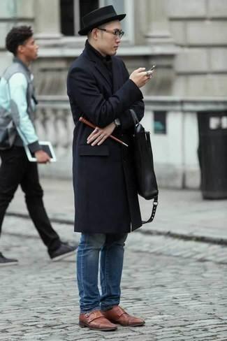 Черный шарф: с чем носить и как сочетать мужчине: Темно-синее длинное пальто и черный шарф — отличный вариант для парней, которые никогда не сидят на месте. Уравновесить ансамбль и добавить в него толику классики помогут коричневые кожаные монки с двумя ремешками.