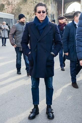 Темно-синие джинсы: с чем носить и как сочетать мужчине: Если ты принадлежишь к той немногочисленной категории парней, которые каждый день стараются смотреться с иголочки, тебе понравится образ из темно-синего длинного пальто и темно-синих джинсов. Весьма стильно здесь выглядят черные кожаные повседневные ботинки.