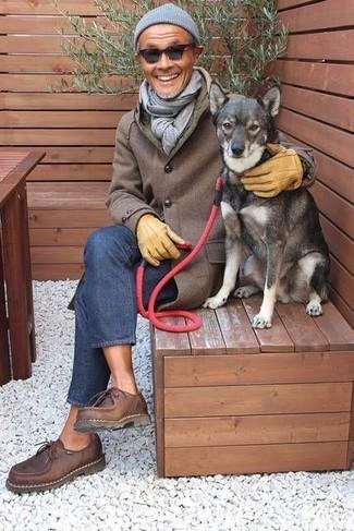 Как и с чем носить: коричневое длинное пальто, синие джинсы, темно-коричневые кожаные туфли дерби, серая шапка
