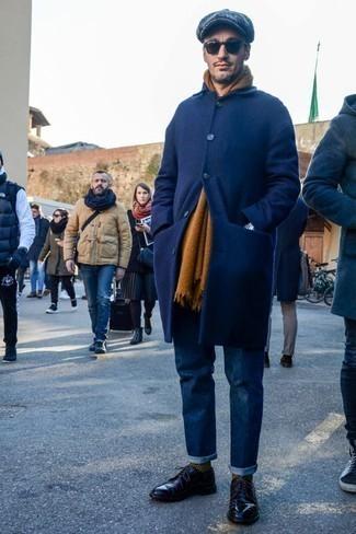 Модные мужские луки 2020 фото зима 2021: Если ты принадлежишь к той редкой группе парней, которые каждый день выглядят безупречно стильно, тебе подойдет тандем темно-синего длинного пальто и темно-синих джинсов. Черные кожаные туфли дерби добавят луку стильной строгости. Подобное сочетание может стать твоим спасением, когда на улице мороз.
