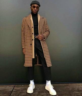 Как и с чем носить: светло-коричневое длинное пальто в клетку, светло-коричневое длинное пальто, черная водолазка, черные классические брюки