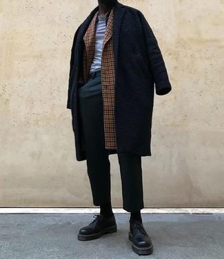 Как и с чем носить: коричневое длинное пальто в клетку, черное длинное пальто, серая футболка с круглым вырезом, темно-зеленые брюки чинос