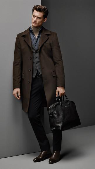 Как и с чем носить: темно-коричневое длинное пальто, темно-серый жилет, светло-коричневая водолазка, темно-синяя рубашка с длинным рукавом из шамбре
