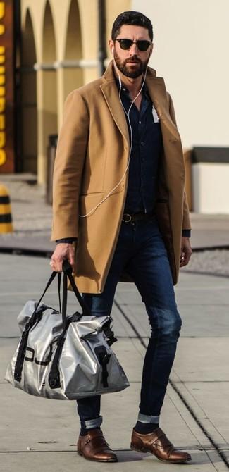 45019eebd88b Как и с чем носить: светло-коричневое длинное пальто, темно-синий джинсовый
