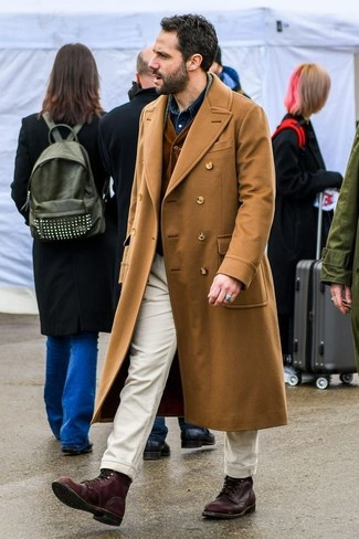 Как и с чем носить: светло-коричневое длинное пальто, темно-коричневый вельветовый жилет, темно-синяя джинсовая рубашка, бежевые брюки чинос