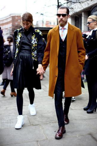 Голубой галстук с принтом: с чем носить и как сочетать мужчине: Несмотря на то, что этот образ выглядит весьма сдержанно, сочетание горчичного длинного пальто и голубого галстука с принтом является неизменным выбором современных джентльменов, пленяя при этом сердца представительниц прекрасного пола. Вкупе с этим луком прекрасно выглядят темно-красные кожаные оксфорды.