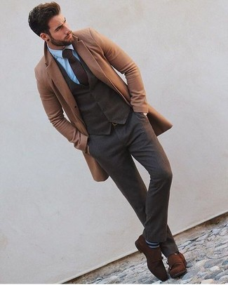 Как и с чем носить: светло-коричневое длинное пальто, темно-коричневый шерстяной жилет, голубая классическая рубашка, темно-коричневые шерстяные классические брюки