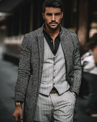 """Как и с чем носить: серое длинное пальто с узором """"в ёлочку"""", серый жилет в вертикальную полоску, черная классическая рубашка в вертикальную полоску, серые классические брюки в вертикальную полоску"""