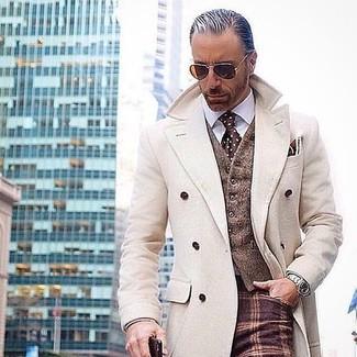 Как и с чем носить: бежевое длинное пальто, коричневый шерстяной жилет, белая классическая рубашка, темно-красные шерстяные классические брюки в клетку