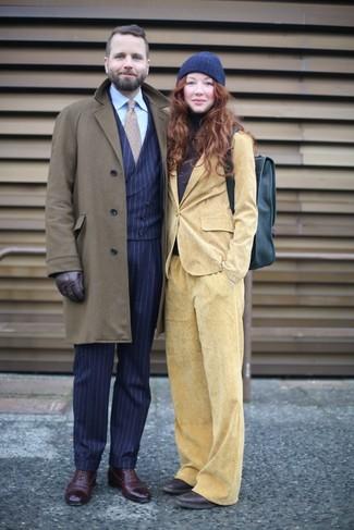 Как и с чем носить: оливковое длинное пальто, темно-синий жилет в вертикальную полоску, голубая классическая рубашка, темно-синие классические брюки в вертикальную полоску