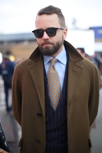 Как и с чем носить: оливковое длинное пальто, черный жилет в вертикальную полоску, голубая классическая рубашка, горчичный галстук с принтом