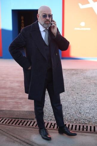Как и с чем носить: черное длинное пальто, черный жилет, белая классическая рубашка, черные классические брюки в вертикальную полоску
