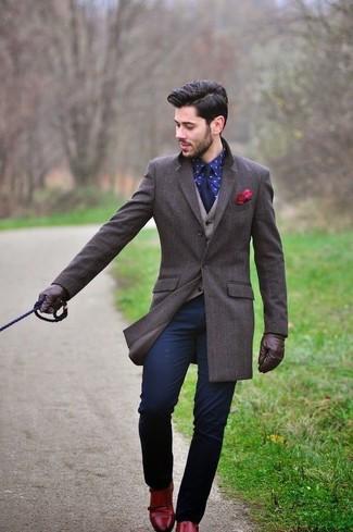 Как и с чем носить: темно-коричневое длинное пальто, бежевый шерстяной жилет, темно-синяя классическая рубашка с принтом, темно-синие брюки чинос