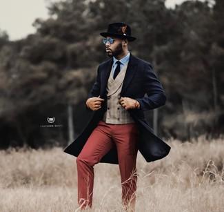 Как и с чем носить: темно-синее длинное пальто, бежевый жилет в шотландскую клетку, голубая классическая рубашка, темно-красные классические брюки