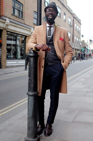 Темно-синие классические брюки: с чем носить и как сочетать мужчине: Сочетание светло-коричневого длинного пальто и темно-синих классических брюк поможет составить стильный и мужественный образ. Если сочетание несочетаемого привлекает тебя не меньше, чем проверенная классика, заверши этот ансамбль темно-красными кожаными монками с двумя ремешками.