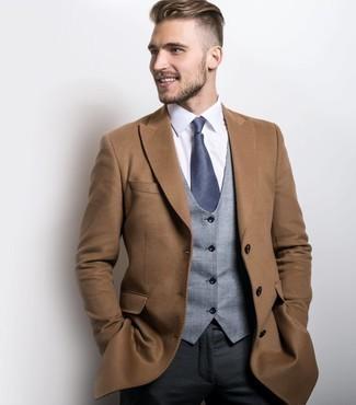 Темно-серые классические брюки: с чем носить и как сочетать мужчине: Несмотря на то, что это довольно-таки консервативный лук, ансамбль из светло-коричневого длинного пальто и темно-серых классических брюк всегда будет выбором современных джентльменов, непременно пленяя при этом сердца девушек.