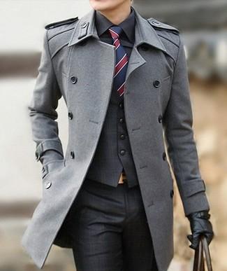 Длинное пальто и темно-серые классические брюки в шотландскую клетку — великолепный вариант для выхода в свет.