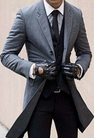 Длинное пальто выглядит гармонично в сочетании с черными классическими брюками в вертикальную полоску.