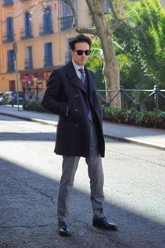 Голубая классическая рубашка: с чем носить и как сочетать мужчине: Голубая классическая рубашка в сочетании с серыми классическими брюками в клетку позволит создать модный и привлекательный образ. Если говорить об обуви, черные кожаные оксфорды будут прекрасным выбором.