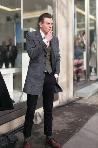 Как и с чем носить: темно-серое длинное пальто в шотландскую клетку, темно-коричневый жилет, белая классическая рубашка, черные брюки чинос