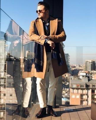 Мужские луки зима: Несмотря на то, что этот образ выглядит достаточно сдержанно, лук из светло-коричневого длинного пальто и бежевых классических брюк неизменно нравится джентльменам, неминуемо пленяя при этом сердца прекрасных дам. Тебе нравятся незаурядные сочетания? Можешь завершить свой образ темно-коричневыми кожаными ботинками челси. Если ты не хочешь жертвовать стилем даже в студеную зимнюю пору, это сочетание непременно будет по вкусу.