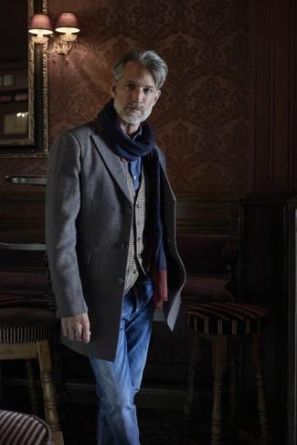 """Как и с чем носить: серое длинное пальто с узором """"в ёлочку"""", серый жилет в мелкую клетку, синяя рубашка с длинным рукавом из шамбре, синие джинсы"""