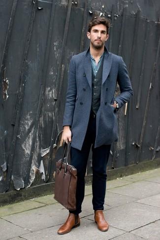 Синее длинное пальто и темно-синие джинсы — прекрасный вариант для приверженцев дресс-кода business casual. Светло-коричневые кожаные ботинки челси добавят образу эффектности.
