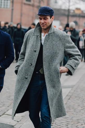 """Как и с чем носить: серое длинное пальто с узором """"в ёлочку"""", темно-синий шерстяной жилет, белая футболка на пуговицах, темно-синие джинсы"""