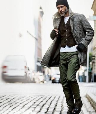 """Как и с чем носить: серое длинное пальто с узором """"в ёлочку"""", темно-коричневый бархатный жилет, белая футболка с круглым вырезом, оливковые брюки карго"""